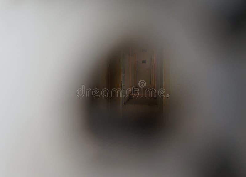Vista della entrata edificio di Abandonec attraverso il buco della serratura, vago espressamente immagini stock