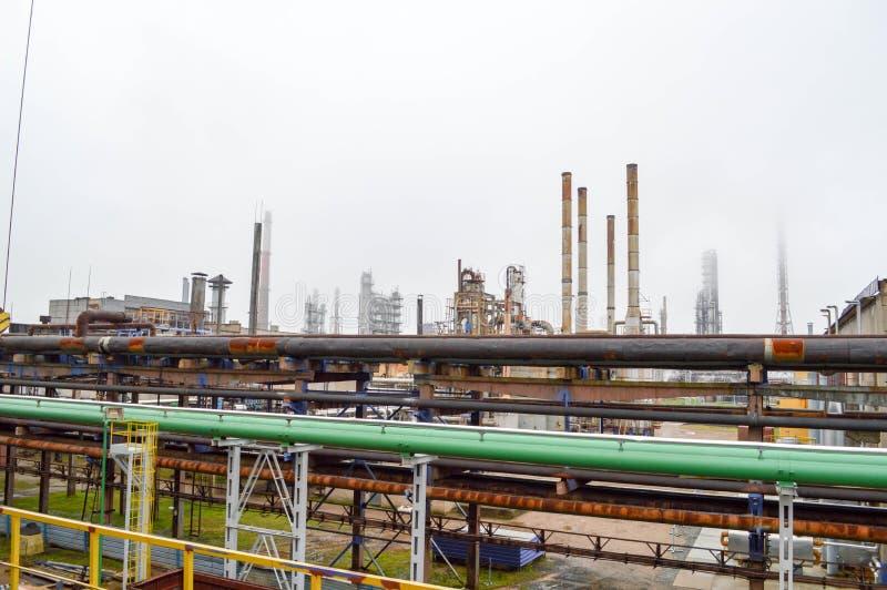Vista della fabbrica petrochimica Condutture, colonne raffineria immagini stock libere da diritti
