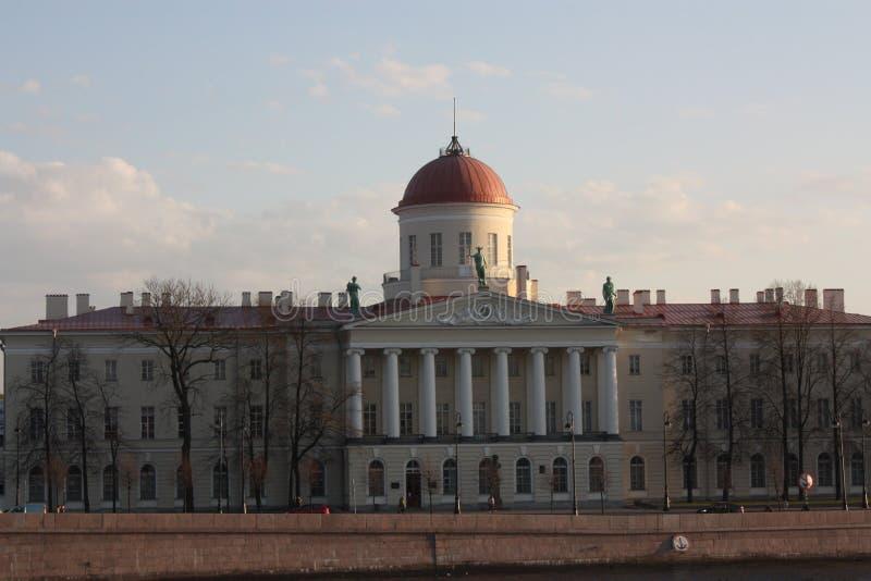 Vista della facciata della costruzione con le colonne e di una cupola al tramonto fotografie stock