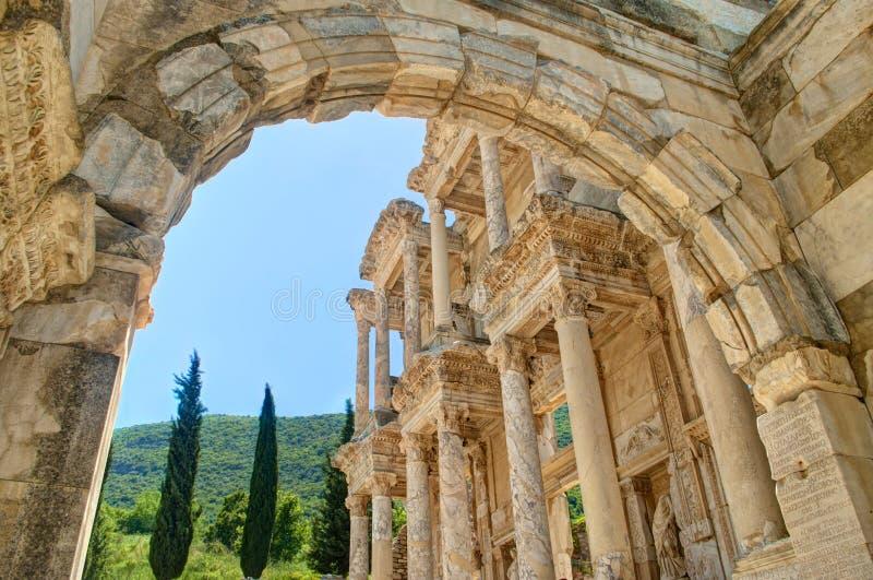Vista della facciata della biblioteca di celsus in Ephesus attraverso l'arco fotografia stock