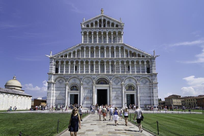 Vista della facciata e l'entrata principale della cattedrale di Pisa, Italia fotografie stock libere da diritti