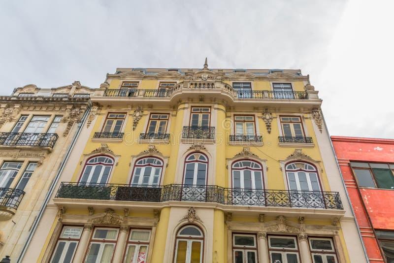 Vista della facciata esteriore di una costruzione classica, cielo come fondo, nella città di Coimbra, il Portogallo fotografia stock