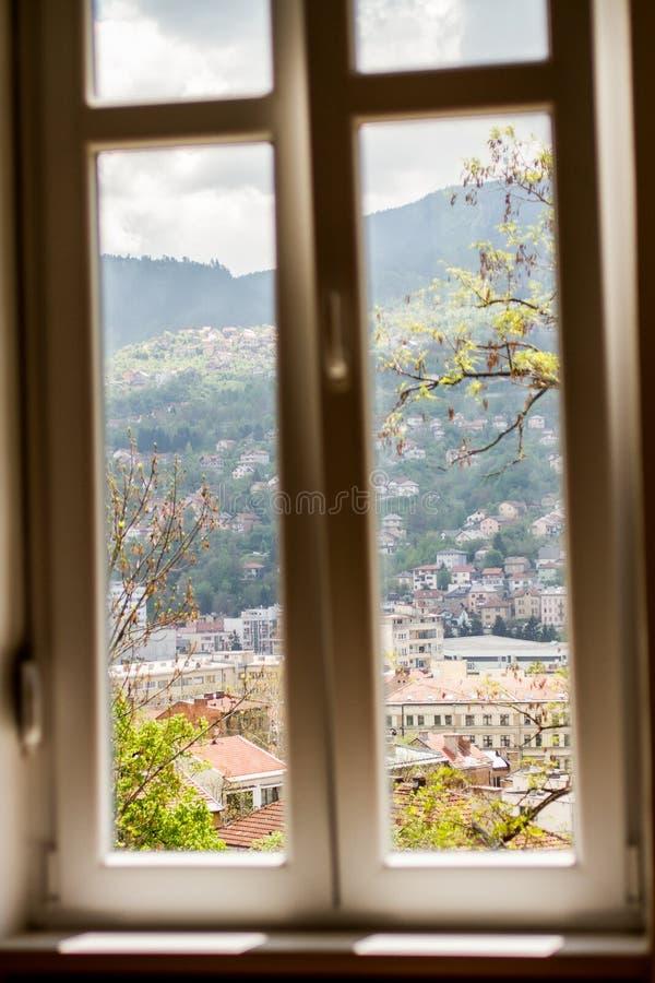 Vista della finestra dell'orizzonte di Sarajevo fotografie stock