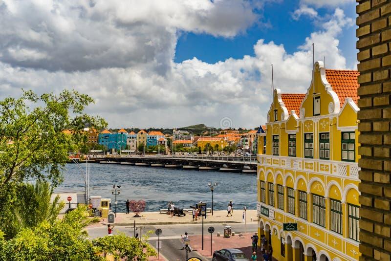Vista della finestra giù ai punti di vista del Curacao di lungomare di Punda immagine stock libera da diritti