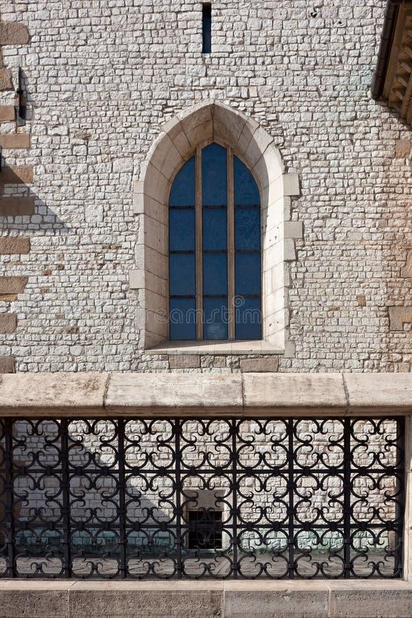 Vista della finestra gotica della cattedrale di Wawel fotografie stock