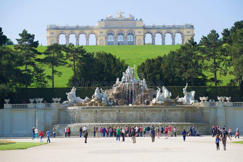 Vista della fontana di Nettuno e del Gloriette Vienna, Austria fotografie stock