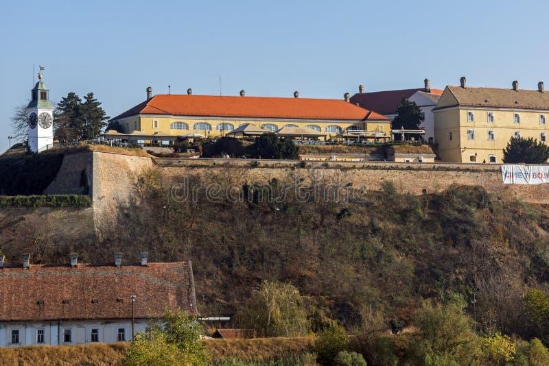 Vista della fortezza di Petrovaradin dal Danubio nella città di Novi Sad, Vojv immagine stock