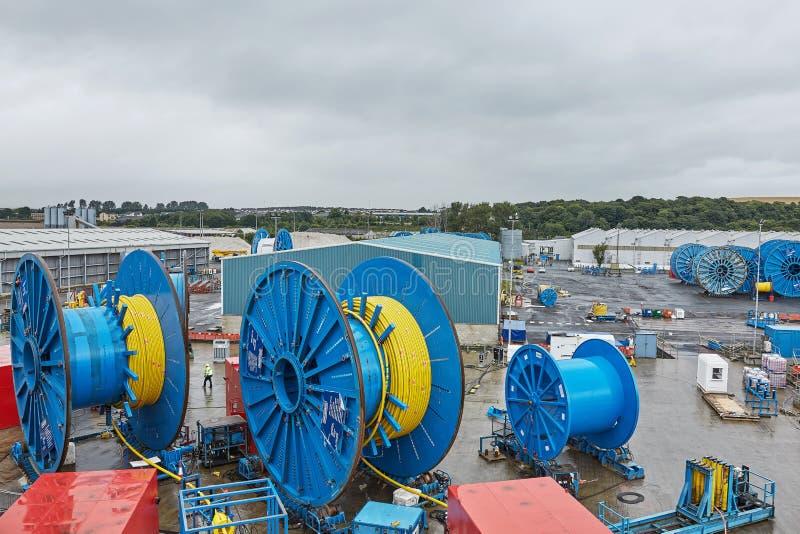 Vista della gente e del macchinario pesante al cantiere navale in Rosyth, Scozia immagini stock