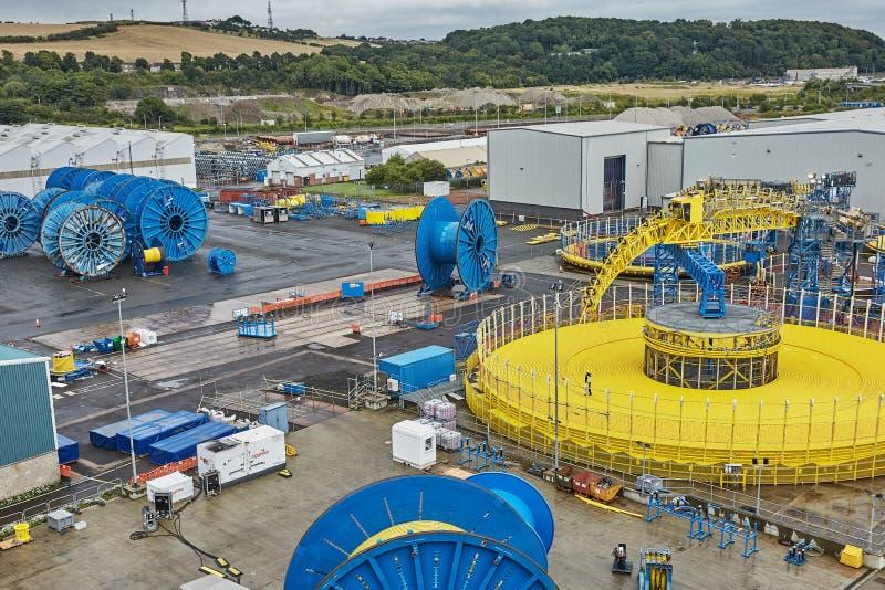 Vista della gente e del macchinario pesante al cantiere navale in Rosyth, Scozia immagine stock libera da diritti