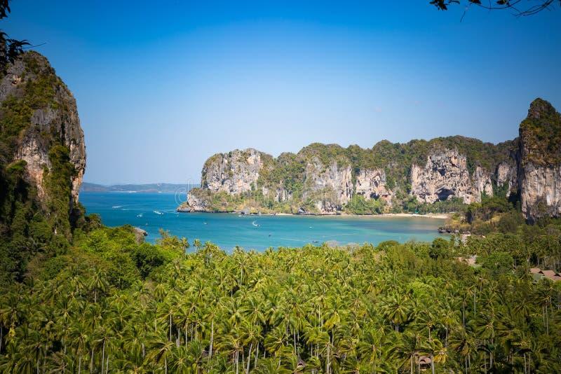 Vista della giungla tropicale e della baia con una spiaggia sabbiosa dalla montagna fotografie stock libere da diritti