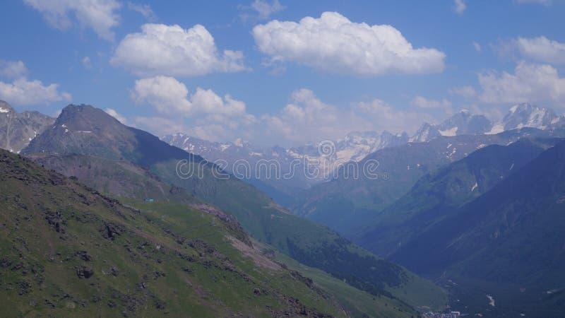 Vista della gola della montagna nel Caucaso fotografia stock libera da diritti