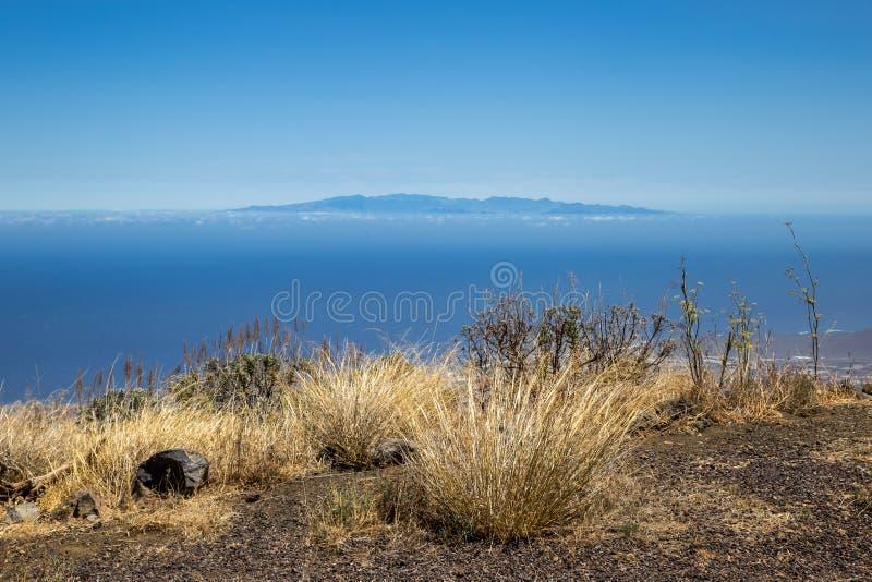 Vista della La Gomera dell'isola in una distanza da Tenerife, isole Canarie, Spagna fotografia stock