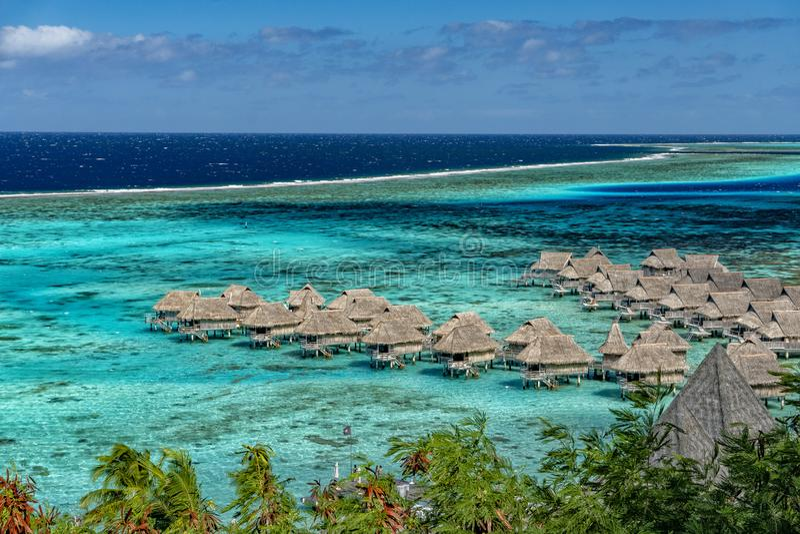 Vista della laguna di Moorea sulla Tahiti sul bungalow del overwater immagine stock libera da diritti