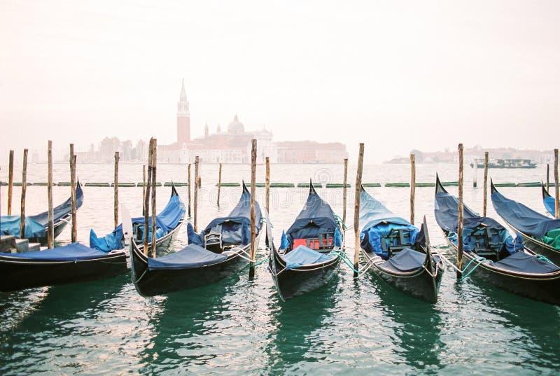 Vista della laguna di Venezia con il tono d'annata delle gondole immagini stock libere da diritti