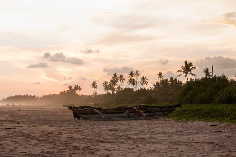Vista della linea della costa in Koggala, Sri Lanka, massi nell'Oceano Indiano al tramonto immagini stock