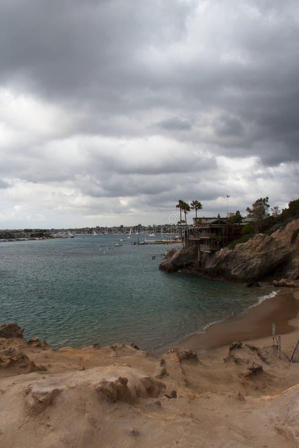 Vista della linea costiera del paesaggio dell'oceano dal pendio di collina Destinazione di festa di giorno pacifico e soleggiato immagini stock