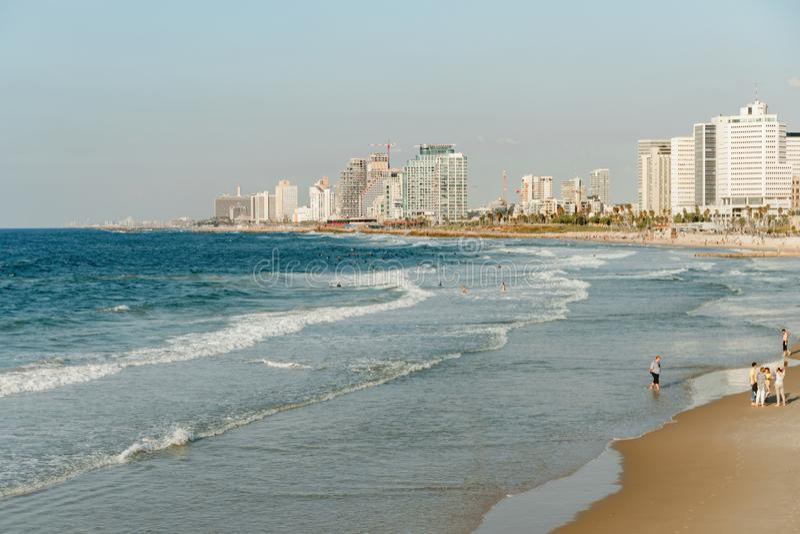 Vista della linea costiera di Tel Aviv Città moderna, mare e una spiaggia fotografia stock