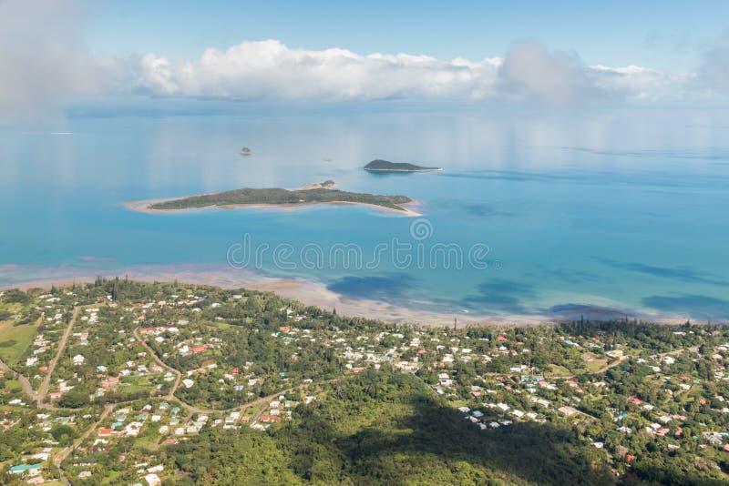 Vista della linea costiera della Nuova Caledonia con l'isola di Ile Bailly ed il mare di Tasman immagine stock libera da diritti