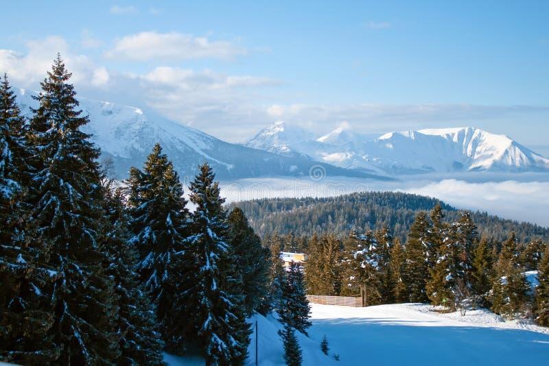 Vista della località di soggiorno delle alpi di inverno - Francia, Chamrousse, ` Isere di Val d fotografie stock libere da diritti