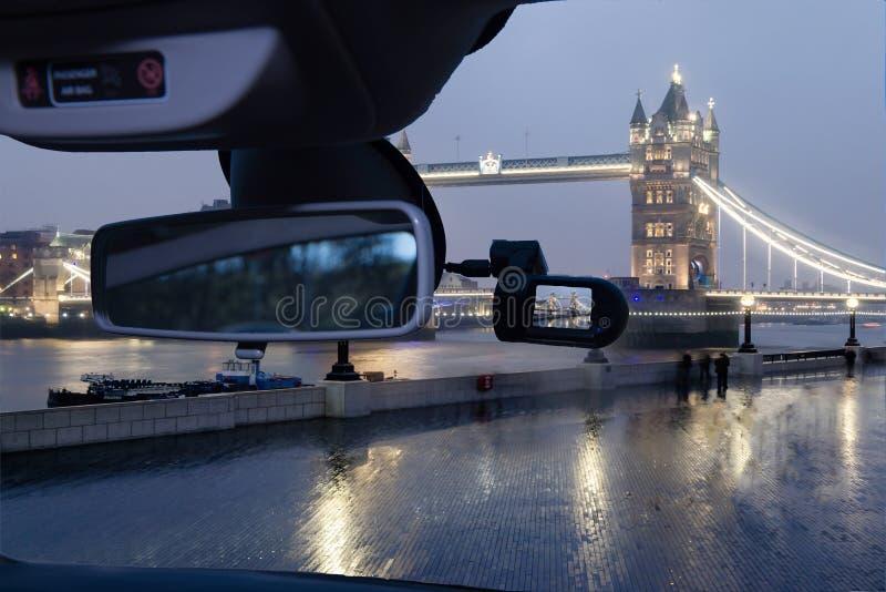 Vista della macchina fotografica dell'automobile del ponte alla notte, Londra, Regno Unito della torre immagini stock