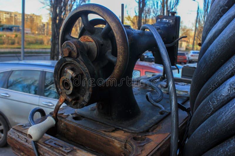 Vista della macchina per cucire dal lato, dal vecchio metallo e dal classico fotografia stock libera da diritti