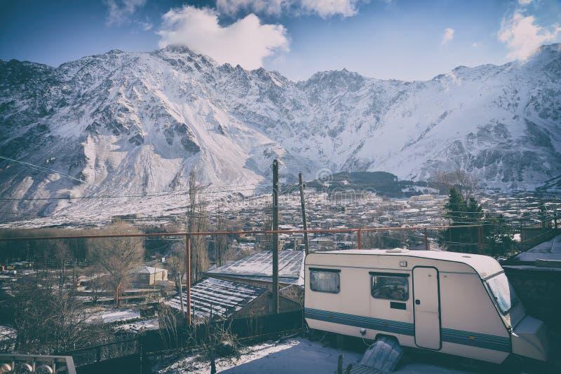 Vista della montagna dal villaggio fotografia stock libera da diritti