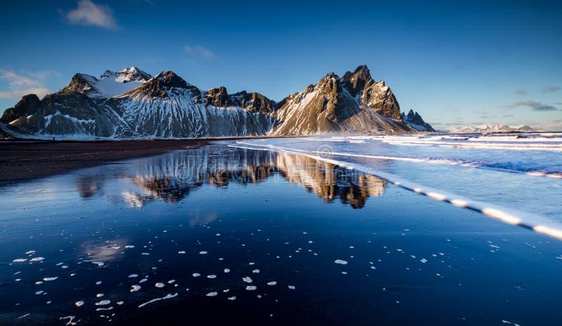 Vista della montagna di Vestrahorn in Stokksnes, Islanda fotografie stock libere da diritti
