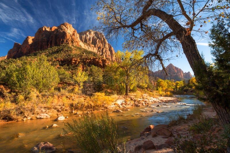 Vista della montagna della guardia notturna e del fiume vergine in Zion Natio fotografie stock libere da diritti