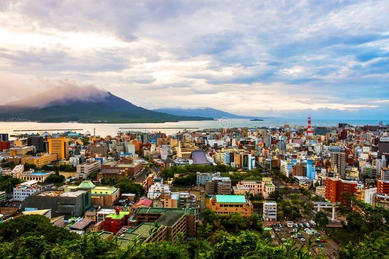Vista della montagna Sakurajima un vulcano attivo Vista aerea della città di Kagoshima nel Giappone immagine stock