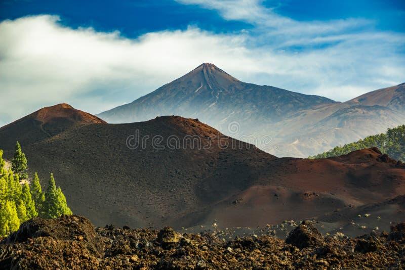 Vista della montagna Teide da Volcano Arenas Negras Cielo blu luminoso Sosta nazionale di Teide, Tenerife, Isole Canarie, Spagna fotografia stock