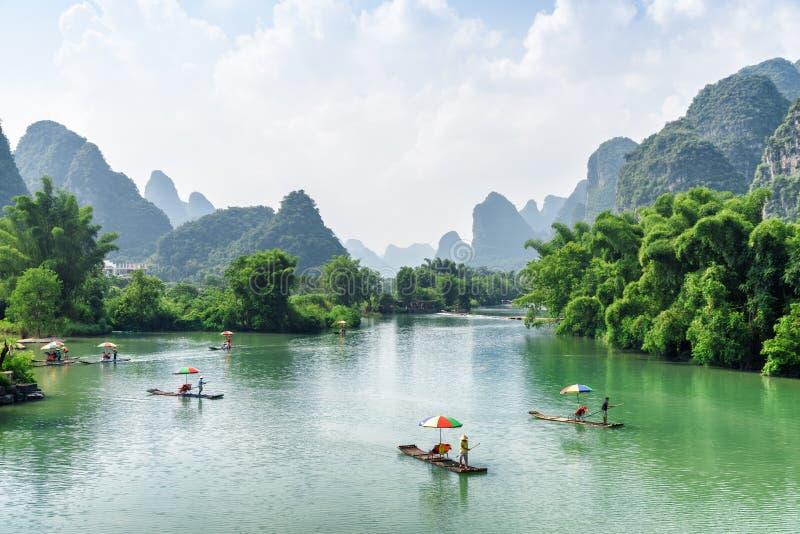 Vista della navigazione di bambù turistica delle zattere lungo il fiume di Yulong fotografie stock