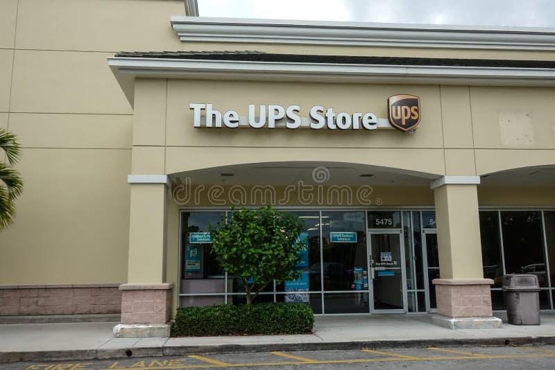 Vista della parte anteriore di un deposito di UPS fotografie stock libere da diritti