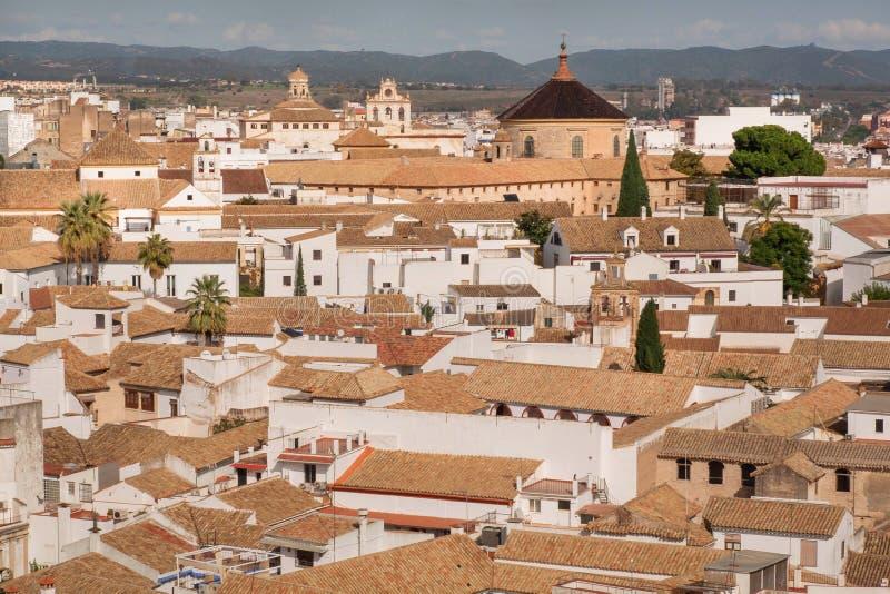 Vista della parte migliore su paesaggio urbano di Cordova con la chiesa, le case bianche ed i tetti di mattonelle, Andalusia, Spa fotografie stock libere da diritti