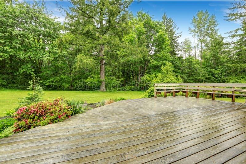 Vista della piattaforma di legno dell'uscire in segno di disapprovazione con area del patio immagine stock libera da diritti