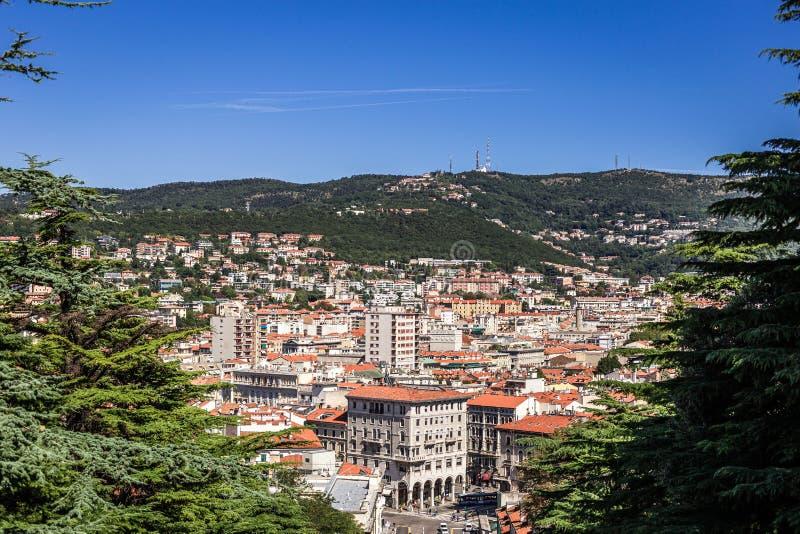 Vista della piazza carlo goldoni a trieste, italia, scala dei giganti Skyline, teatro e università visibili immagini stock