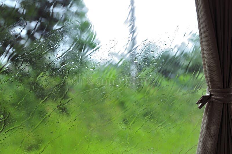 Vista della pioggia attraverso la finestra di automobile immagini stock