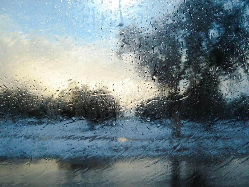 vista della pioggia dalla finestra di automobile fotografie stock