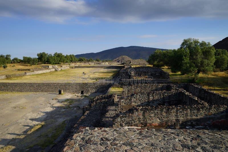 Vista della piramide della luna da una di più piccole piramidi, Teotihuacan, Messico fotografia stock