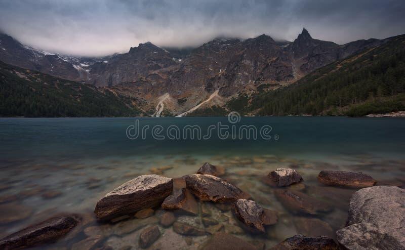 Vista della Polonia e Zakopane, perla di alte montagne di Tatra - occhio alpino di Morskie Oko del lago del mare, conosciuto per  immagine stock libera da diritti