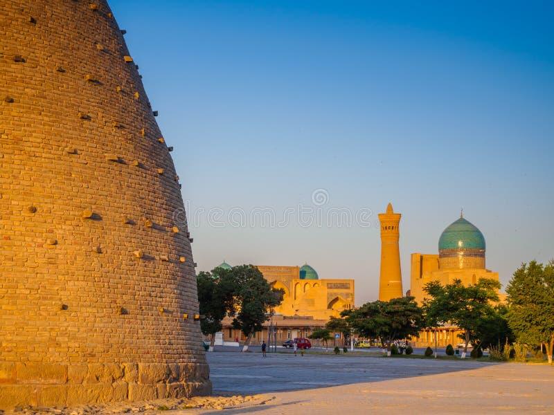 Vista della probabilità di intercettazione complessa Kolon con la fortezza dell'arca, Buchara, l'Uzbekistan Patrimonio mondiale d fotografia stock