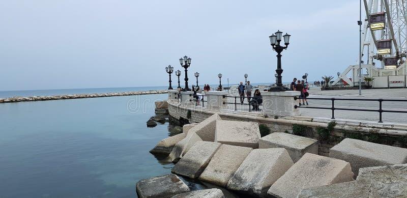 Vista della promenade di Bari, costa di mare nella città, Italia fotografia stock libera da diritti