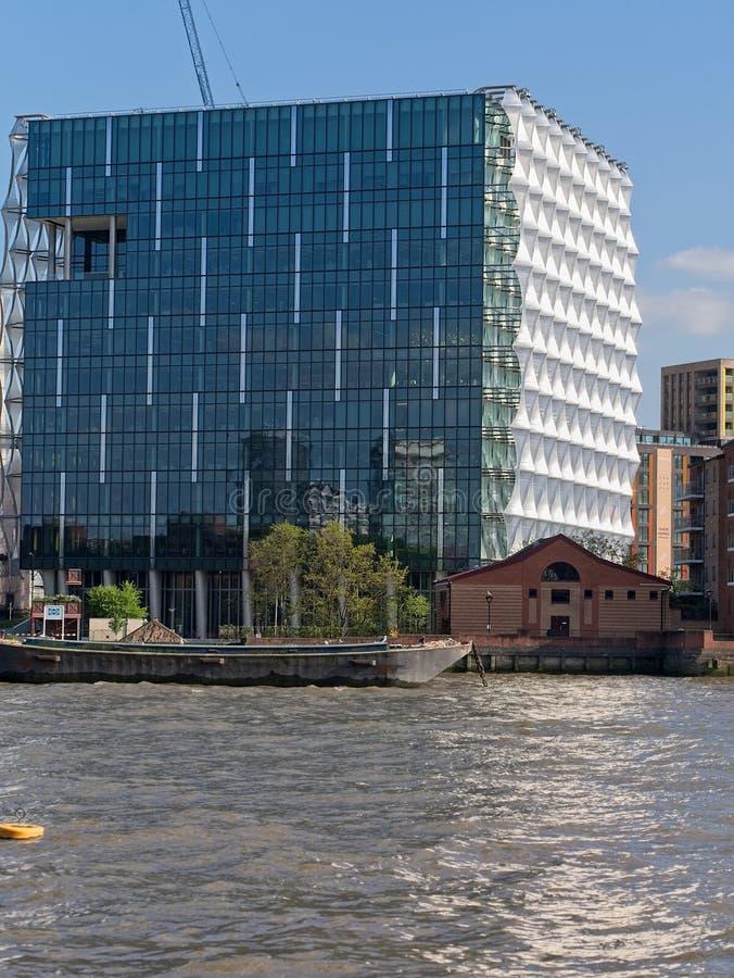 Vista della riva del fiume di nuova ambasciata degli Stati Uniti a Londra, Regno Unito fotografie stock