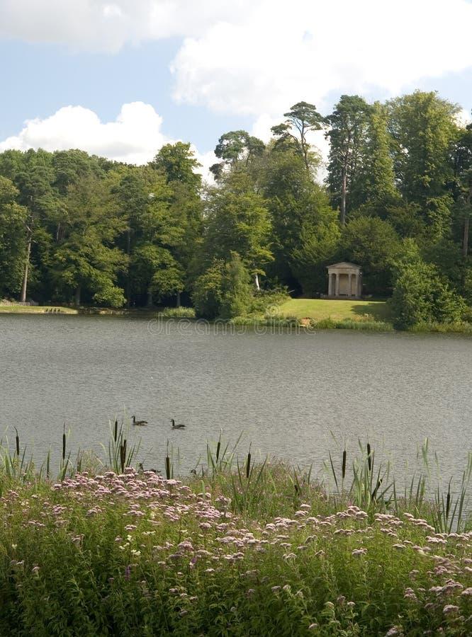 Vista della riva del lago fotografia stock