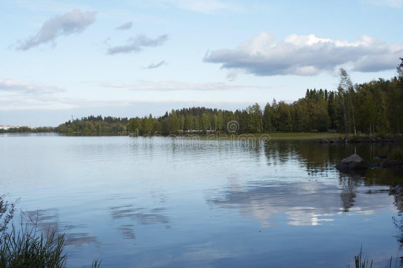 Vista della riva del lago immagini stock libere da diritti