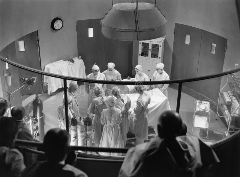 Vista della sala operatoria con gli spettatori (tutte le persone rappresentate non sono vivente più lungo e nessuna proprietà esi fotografia stock libera da diritti
