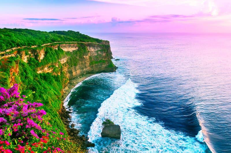 Vista della scogliera di Uluwatu con il padiglione ed il mare blu in Bali, Indone immagini stock