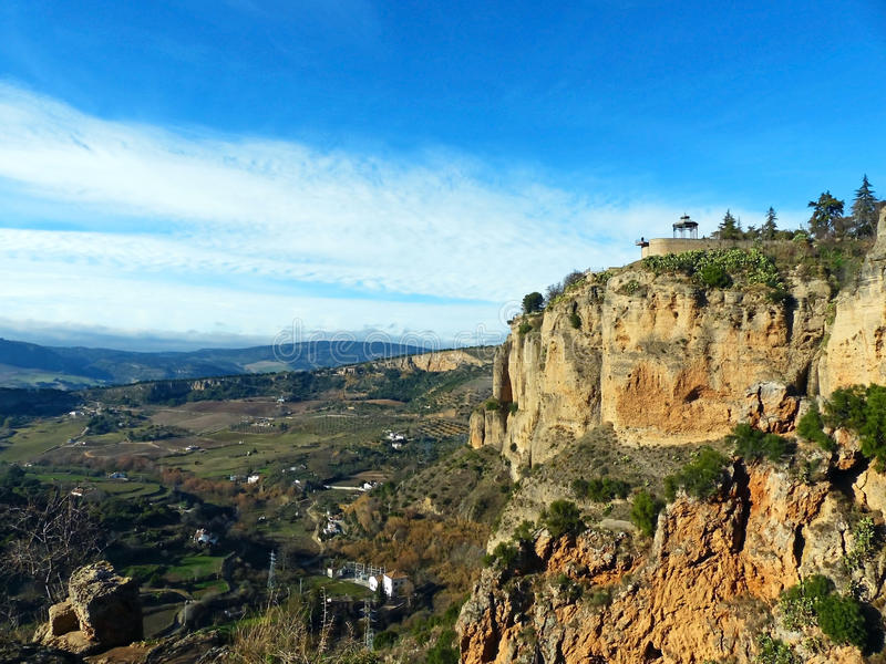 Vista della scogliera occidentale e della valle sotto la città di Ronda, Spagna fotografie stock libere da diritti