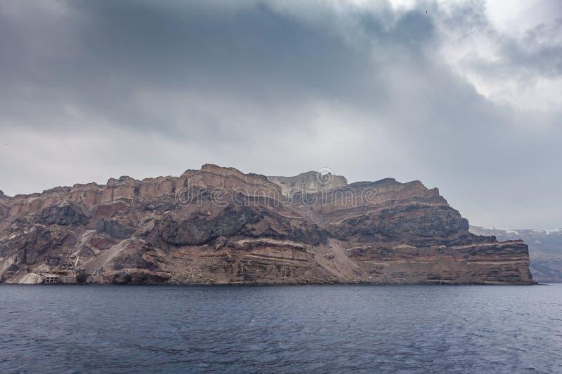 Vista della scogliera variopinta della caldera nell'isola di Santorini, Grecia immagine stock