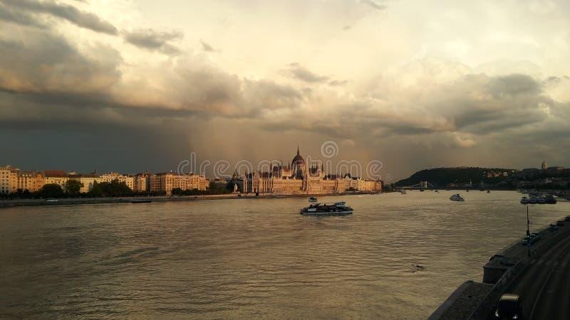 Vista della sede del parlamento dal fiume Danubio fotografie stock libere da diritti