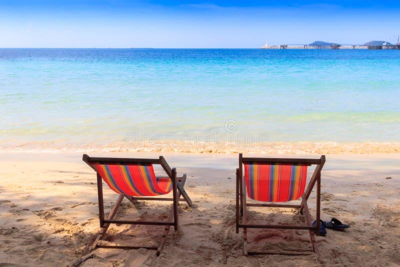 Vista della sedia di spiaggia sabbiosa vuota tropicale piacevole fotografia stock libera da diritti